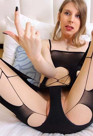 Blonde féline t-girl dans le PACA